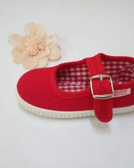 Zapato de lona roja con hebilla